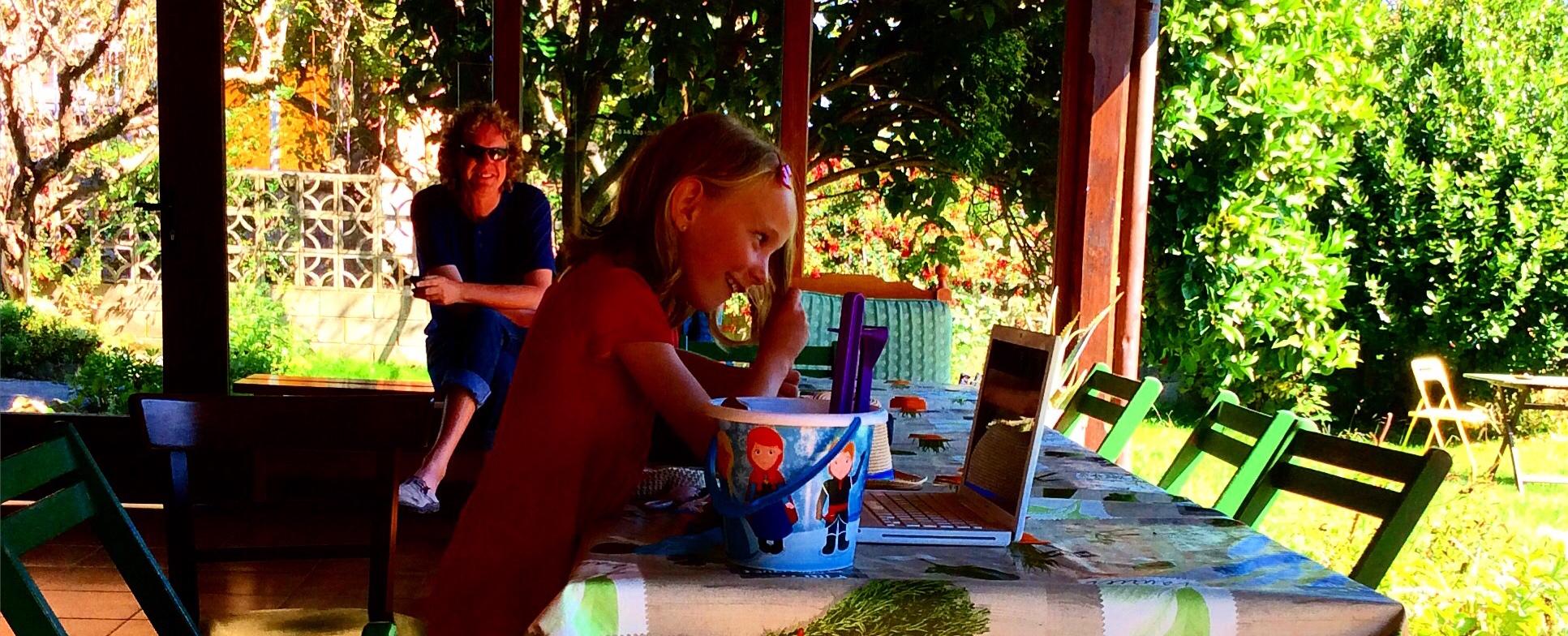 Familia en la terraza - ALBERGUE LLANES PLAYA DE POO